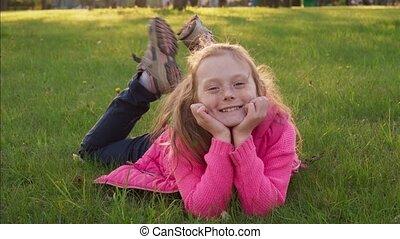 été, peu, parc, insouciant, joyeux, girl, herbe, sourire, mensonge
