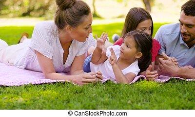 été, pique-nique, famille, couverture, parc, mensonge