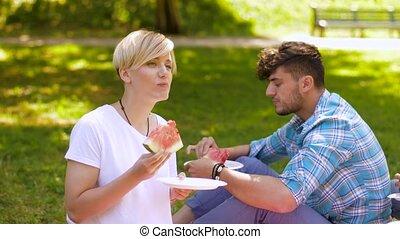 été, pique-nique, pastèque, manger, amis, heureux