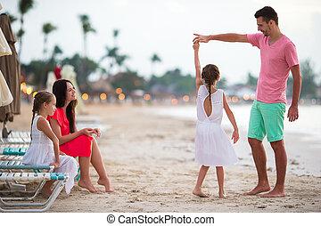 été, plage., lot, amour famille, vacances, deux, quatre, leur, gosses, parents, amusez-vous, pendant, beautiful., adorable, heureux