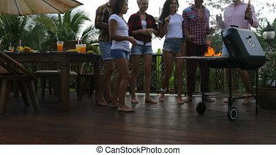 été, rassemblement, groupe, augmentation, gens, frineds, cuisine, jeune, gai, barbecue, terrasse, mains, fête, avoir, heureux