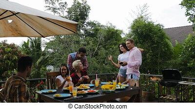 été, rassemblement, groupe, gens, communication, cuisine, jeune, conversation, terrasse, table, barbecue, séance, amis