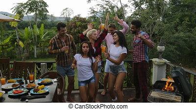 été, rassemblement, groupe, gens, cuisine, jeune, gai, quoique, danse, barbecue, fête, heureux, avoir, terrasse