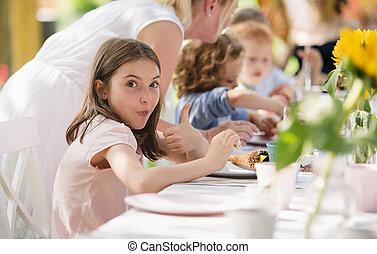 été, séance, enfants, table, petit, eating., dehors, garden-party