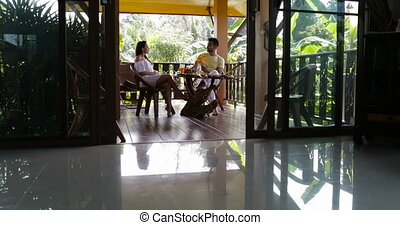 été, séance femme, communication, couple, jeune, conversation, terrasse, table, pendant, petit déjeuner, heureux, homme
