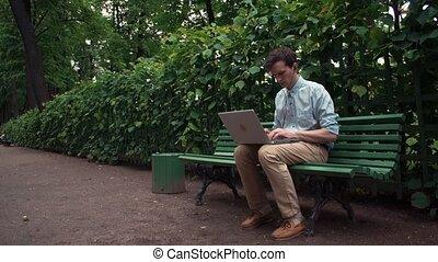 été, séance, ordinateur portable, écouteurs, travailleur indépendant, park., ville, bench., utilisation, jour