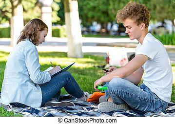 été, smartphone, élèves, abstract., institut, nature., après, repos, girl., park., écrit, ils, mains, networks., type, communique, social