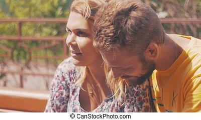 été, smartphone, couple, love., jeune, day., venteux, bench., utilisation, bonheur