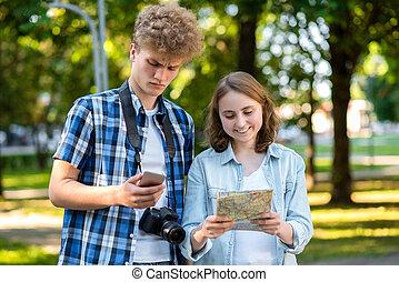 été, smartphone, route., map., doubt., parc, jeune, émotions, touristes, route, girl., appareil-photo., tenue, numérique, notre, type, selects, nature., bonheur