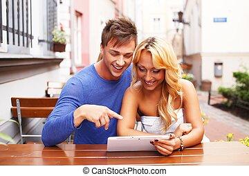 été, tablette, couple, jeune, pc, derrière, élégant, table, café, heureux
