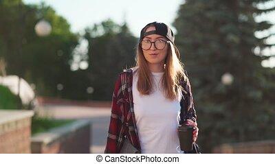 été, tenue femme, time., café, sac à dos, désinvolte, coffee., autour de, habillé, derrière, coucher soleil, étudiant, heureux, femme, marche, dos, habillement, elle, jeune, tasse, ordinateur portable, boire, city.