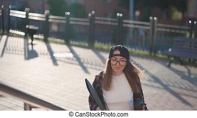 été, tenue femme, time., café, sac à dos, désinvolte, coffee., habillé, derrière, coucher soleil, étudiant, heureux, femme, escaliers., dos, habillement, elle, jeune, tasse, ordinateur portable, boire, haut