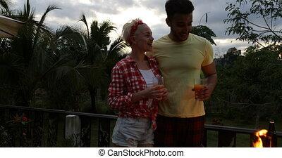 été, tropiques, couple, cuisine, jus, embrasser, terrasse, tenue, barbecue, lunettes