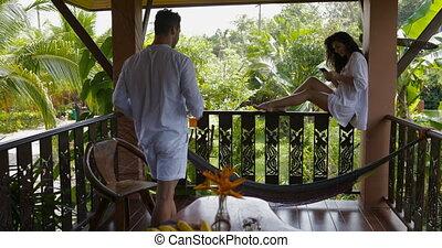 été, usage, femme, apporter, conversation, couple, séance, balcon, jeune, hôtel, exotique, cellule, jus, terrasse, homme souriant, téléphone, intelligent, heureux