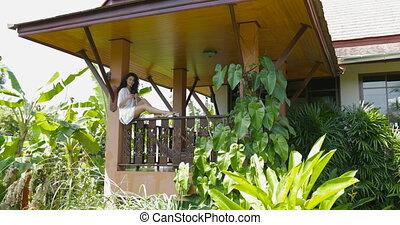 été, usage, femme, apporter, séance, couple, balcon, jeune, téléphone, cellule, conversation, terrasse, jus, homme, intelligent, heureux