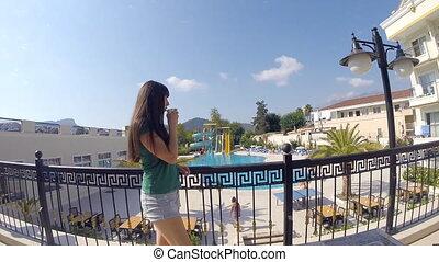 été, vacation., sur, femme, beverage., pensivement, fin, girl, balcon, lent, tasse, jeune regarder, dehors, café, hôtel, boisson, pendant, boire, piscine, haut, mouvement