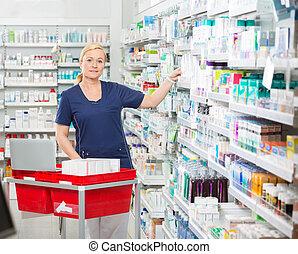 étagères, médicaments, pharmacie, confiant, arrangement, chimiste