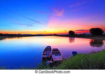 étang, sur, coucher soleil