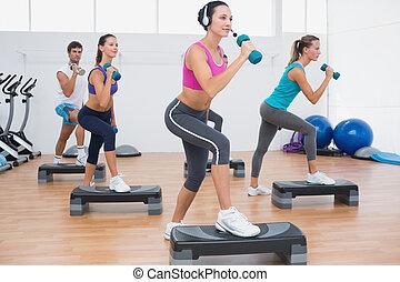 étape, exercice, aérobic, dumbbells, exécuter, classe