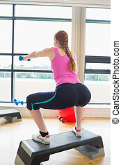 étape, exercice, aérobic, dumbbells, exécuter, femme