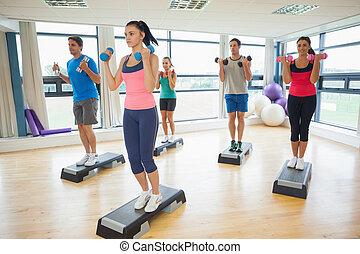 étape, exercice, aérobic, gymnase, longueur, entiers, dumbbells, exécuter, instructeur, classe aptitude