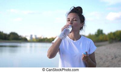 éteindre, ouvert, water., jour ensoleillé, soif, chaud, bouteille, air, lifestyle.woman, eau boisson, secouer, sain, boissons, girl, leur, après