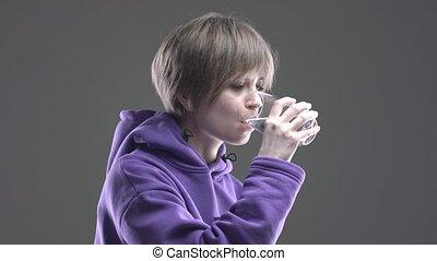 éteindre, verre, court, girl, jeune, minéral, moderne, soif, corps, santé, routine, 4k, eau, chevelure, hydrater, soin, vidéo, boisson