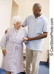 ételadag, ápoló, nő, idősebb ember, jár