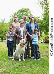 étendu famille, chouchou, parc, chien, heureux