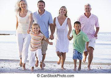 étendu famille, marcher plage