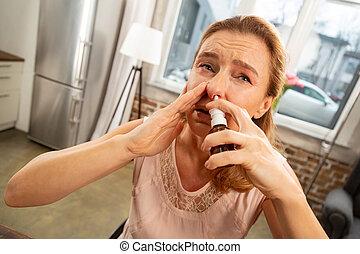 éternuer, allergie, pulvérisation, femme, nez, utilisation, après, blond-haired