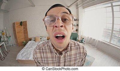 éternuer, rigolote, homme, lunettes