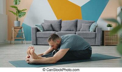étirage, en avant!, corps, assis, position, flexible, coude, jambes, homme