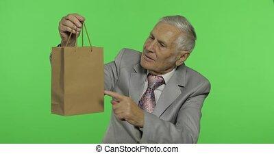 étire, achats, cadeau, personnes agées, appareil photo, regarde, bag., homme
