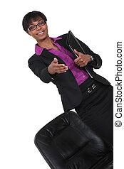étire, elle, réussi, femme affaires, secousse, main, noir, distribuere