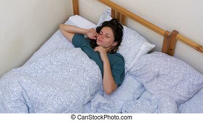 étire, réveille, sommet, blanc, somnolent, haut, matin, bas, girl, couverture, mensonge, vue