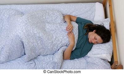 étire, réveille, surmontez, lit, matin, girl, blanc, couverture, mensonge, vue