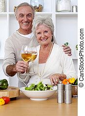 étkezési, saláta, párosít, idősebb ember, konyha, boldog