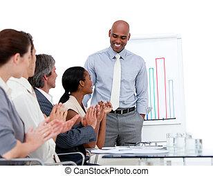 étnico, homem negócios, apresentando, estatísticas, em, um,...