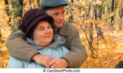 étreindre, couple, parc, arbres, contre, personne agee