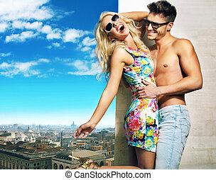 étreindre, couple, séduisant, ville, panorama, sur