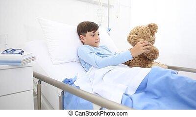 étreint, teddy, hôpital, jeu, sourire, lit, lui, appareil photo, ours, mensonge, enfant, seul