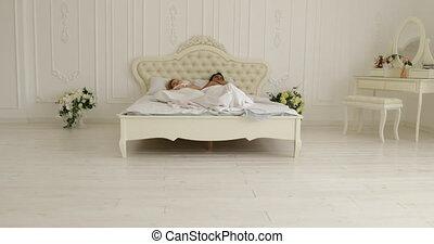 étreinte, couple, moderne, lit, femme, sommeil, chambre à coucher, maison, blanc, mensonge, homme