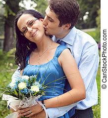 étreinte, romantique coupler, moment, baiser, heureux