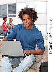 étudiant, à, campus collège, à, ordinateur portatif