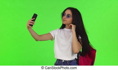 étudiant, elle, sac à dos, charmer, selfies, téléphone, femme, prendre, intelligent