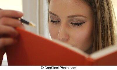 étudiant, jeune, bloc-notes, haut, écriture, rêveur, femme, portrait, fin
