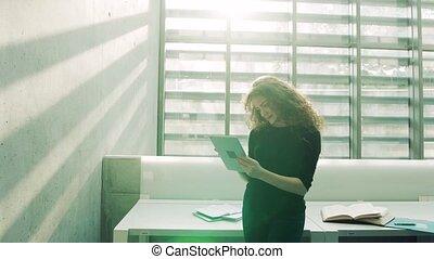 étudiant, library., tablette, femme, jeune
