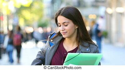 étudiant, marche, et, vérification, téléphone, dans, les,...