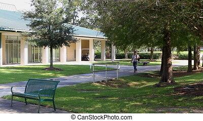 étudiant, marche, sur, campus